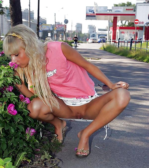 милашка красотка на улице при всех